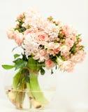 Flores rosadas frescas hermosas en el florero de cristal Foto de archivo