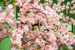 Flores rosadas hechas de tela Adorne el cuarto Imagenes de archivo