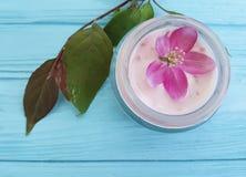 Flores rosadas hechas a mano de la loción del ingrediente de la magnolia cosmética poner crema del artículo de tocador en de made Imagen de archivo libre de regalías