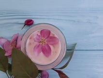 Flores rosadas hechas a mano de la loción del ungüento de la crema hidratante de la protección de la magnolia de cristal cosmétic Imagen de archivo libre de regalías