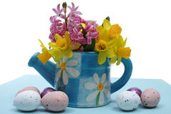 Flores rosadas y amarillas de la primavera, huevos coloreados, pascua domingo Imagen de archivo
