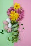 Flores rosadas y amarillas de la primavera, huevos coloreados, pascua domingo Imágenes de archivo libres de regalías