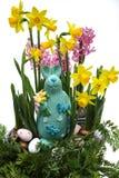 Flores rosadas y amarillas de la primavera, huevos coloreados, pascua domingo Fotos de archivo