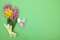 Flores rosadas y amarillas de la primavera, huevos coloreados, pascua domingo Imagenes de archivo