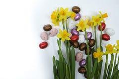 Flores rosadas y amarillas de la primavera, huevos coloreados, pascua domingo Foto de archivo