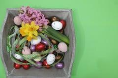 Flores rosadas y amarillas de la primavera, huevos coloreados, pascua domingo, poli Imagen de archivo libre de regalías