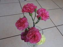 Flores rosadas y amarillas en florero imagen de archivo libre de regalías