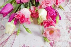 Flores rosadas y blancas en el fondo de las flores, disposición con el espacio del texto libre, concepto de la tarjeta de felicit Foto de archivo