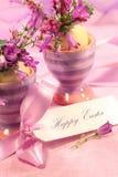 Flores roxas em uns copos de ovos Imagem de Stock