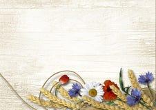Flores salvajes con las espiguillas en un fondo de madera del vintage Fotografía de archivo