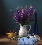 Flores salvajes en florero imágenes de archivo libres de regalías