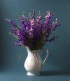 Flores salvajes en florero fotos de archivo