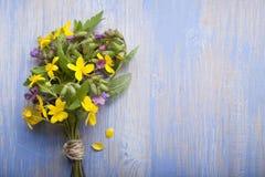 Flores salvajes en fondo de madera del viejo grunge Imagen de archivo