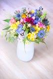 Flores salvajes en un florero Foto de archivo libre de regalías