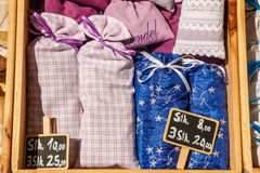 Flores secadas de la lavanda en bolsitas lindas de la materia textil Fragra de la lavanda Imagen de archivo libre de regalías