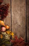 Flores secadas en una acción de gracias de madera aún L del otoño del fondo Imagenes de archivo