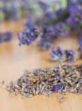 Flores secadas fragantes de la lavanda en la madera Imagen de archivo libre de regalías