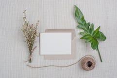 Flores secadas, hojas el putting green en un lino marrón Fotos de archivo libres de regalías