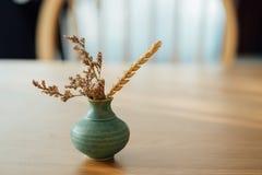 Flores secadas no vaso minúsculo Imagem de Stock Royalty Free