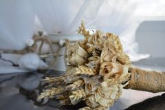 Flores secadas que se casan el ramo con la cuerda Imagen de archivo