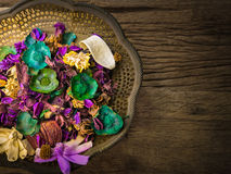 Flores secas na bandeja de bronze do vintage, com lotes do espaço para o texto fotos de stock royalty free