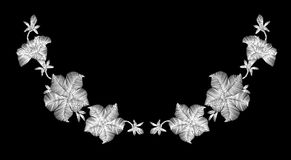 Flores selvagens brancas do bordado em um fundo preto Laço de imitação decoração da roupa elegante Teste padrão tradicional Foto de Stock Royalty Free