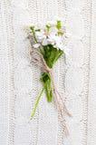 Flores selvagens em uma textura feita malha bege Foto de Stock Royalty Free