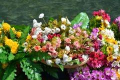 Flores tropicais de papel expostas para a decoração de um barco imagens de stock