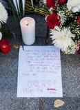 Flores, velas e sinais contra o ataque terrorista em Paris, colocada na frente da embaixada francesa no Madri, Espanha Foto de Stock