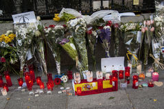 Flores, velas e sinais contra o ataque terrorista em Paris, colocada na frente da embaixada francesa no Madri, Espanha Fotografia de Stock