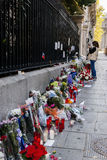 Flores, velas y muestras contra attentado terrorista en París, colocada delante de embajada francesa en Madrid, España Fotos de archivo libres de regalías