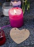 Flores, velas y muestras contra attentado terrorista en París, colocada delante de embajada francesa en Madrid, España Imágenes de archivo libres de regalías