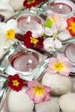 Flores, velas y piedras Imagen de archivo libre de regalías