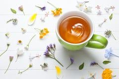 Flores verdes de la taza del té Foto de archivo libre de regalías