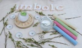 Flores verdes, velas do altar para o Sabat de Imbolc fotos de stock royalty free