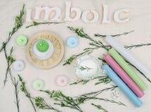 Flores verdes, velas do altar para o Sabat de Imbolc fotos de stock