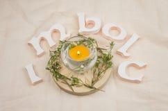 Flores verdes, velas do altar para o Sabat de Imbolc imagem de stock