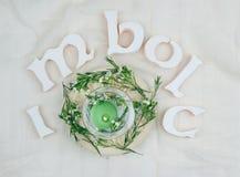 Flores verdes, velas do altar para o Sabat de Imbolc imagens de stock royalty free
