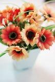 Flores vermelhas em um vaso branco Imagem de Stock Royalty Free