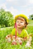 Flores vestindo circlet e coelho da menina feliz Fotografia de Stock Royalty Free