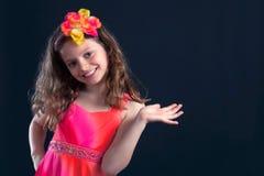 Flores vibrantes da moça no cabelo imagens de stock