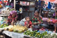 FLORES wyspa, INDONEZJA, 2012-04-18: grandsmas i dzieciaka se obrazy stock