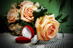 Flores y anillos Imagen de archivo libre de regalías