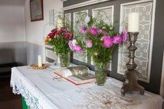 Flores y biblia en el altar Imagen de archivo libre de regalías
