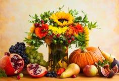 Flores y calabaza del otoño foto de archivo