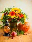 Flores y calabaza del otoño fotografía de archivo