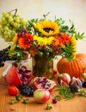 Flores y calabaza del otoño imagen de archivo libre de regalías