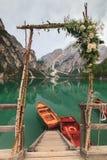 Flores y decoración de la boda en el varadero de Braies del lago Imagen de archivo libre de regalías