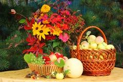 Flores y fruta Fotos de archivo