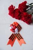 Flores y George Ribbon del clavel en fondo ligero abstracto Día de la victoria - 9 de mayo Jubileo 70 años Foto de archivo